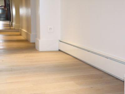 Chauffage par plinthes dans couloir