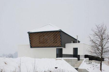 Clôture & Vue Toiture En Pignon - Maison En T Par SoNo Arhitekti - Slovénie
