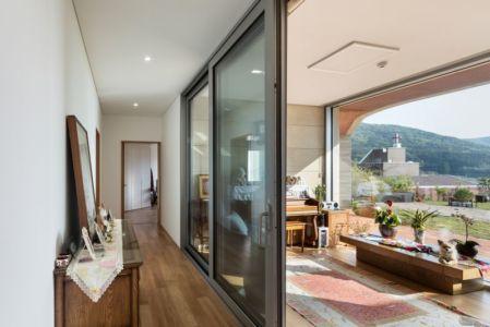 Couloir Accès Pièce Principale - House-Dongmang Par 2m2 Architects - Geoje, Coree Du Sud