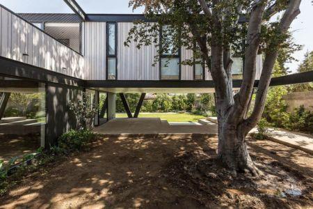 Cour intérieure & partie sur pilotis - House-LG10182 par Brugnoli Asociados Arquitectos - Santiago, Chili