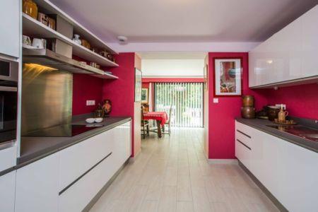 Cuisine Repensée - Moderne étpurée En Blanc Et Rouge