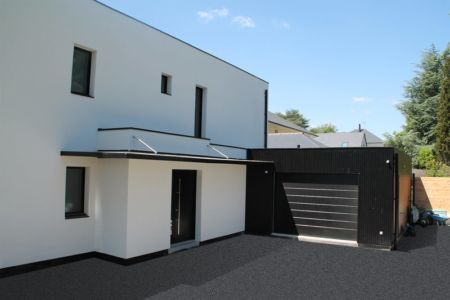 Entrée garage - V&P - Maison contemporaine par Pascal Dupuis - France - Photo Jacky Abélard