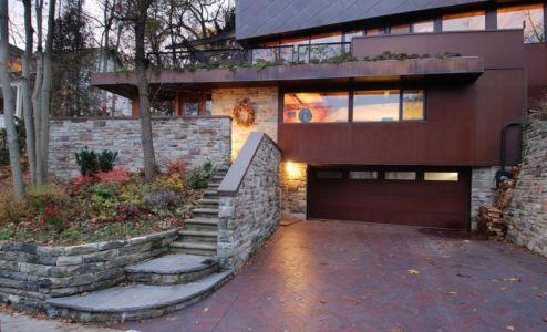 Entrée garage & toiture végétalisée - Ellis Park House par Altius Architecture - Toronto, Canada