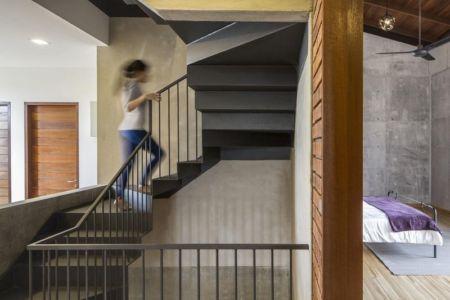 Escalier accès étage supérieur & chambre - Sepang-House par Eleena Jamil Architect - Sepang, Malaisie