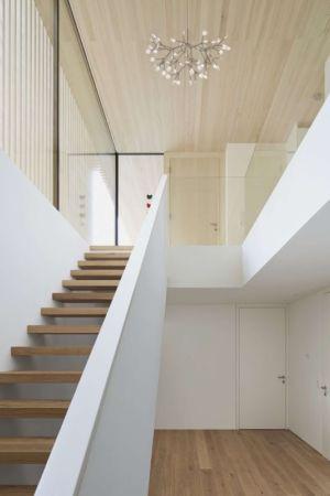 Escalier bois accès niveau supérieur - Rock-House par Helena Weber - Vorarlberg, Autriche
