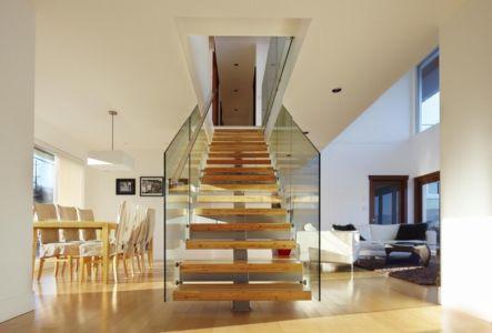 Escalier bois garde-corps en verre - Elenko Residence par CEI Architecture - Canada