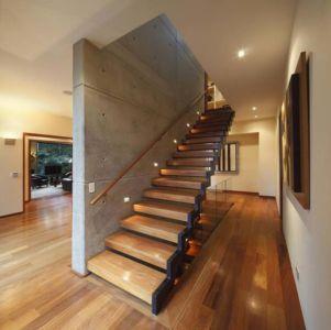 Escalier bois suspendu - House-H par Jaime Ortiz Zevallos – Lima, Pérou |