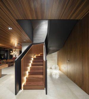 Escalier & Balustrade En Bois - Fazenda-Boa-Vista Par Fernanda Marques Arquitetos - Porto Feliz, Bresil