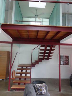 Escalier Bois Accès étage Supérieur - Container-House Par Marie Jones Arizina, USA