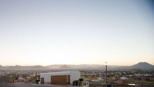 Façade garage - house-chihuahua par Productora - Chihuahua, Mexique