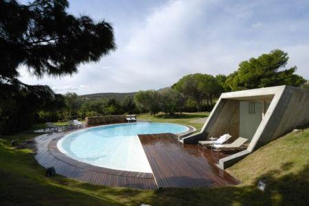 Façade avec Piscine - Maison en béton par Luca Marastoni - Sardaigne, Italie.jpg