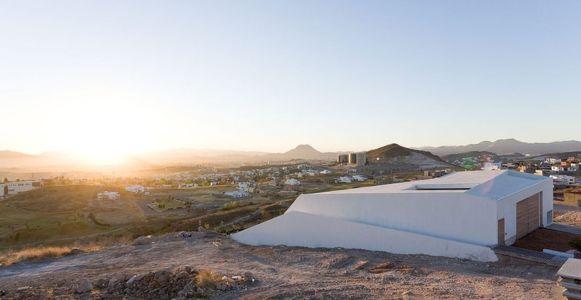 Façade garage et panorama - house-chihuahua par Productora - Chihuahua, Mexique