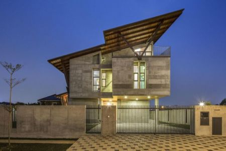 Façade principale illuminée - Sepang-House par Eleena Jamil Architect - Sepang, Malaisie