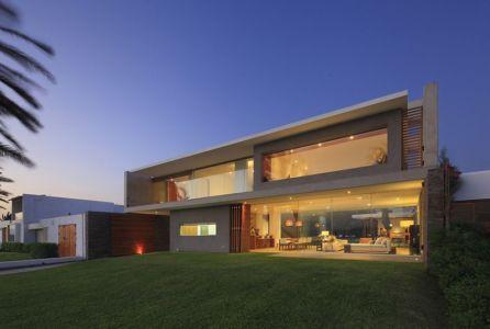 Façade terrasse de nuit - Maison Mar-de-Luz par Oscar Gonzalez Moix - Pérou