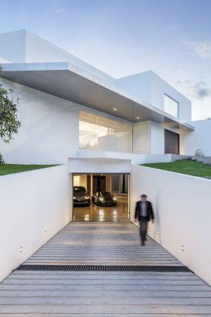 Garage Entrée - Maison Forme T Par Diego Guayasamin - Quito, Equateur