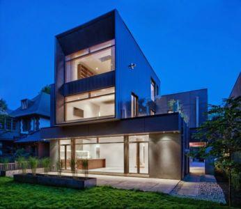 façade terrasse illuminée - Heathdale Residence par TACT Design INC. - Toronto