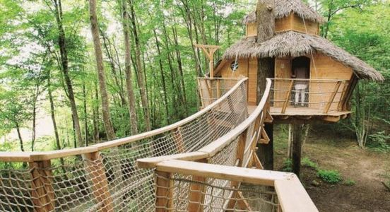 La cabane Tribu du complexe tourisitique Les cabanes au Bois d'Orient, France