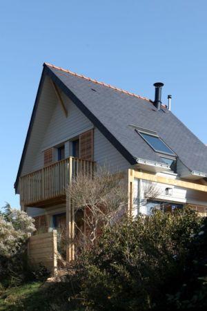 façade est rue - Maison bois bioclimatique par Patrice Bideau architecte