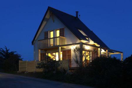 façade est de nuit - Maison bois bioclimatique par Patrice Bideau architecte