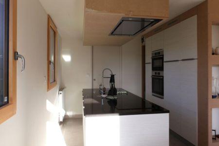 Cuisine - Maison bois béton par Patrice Bideau - Atypique - France