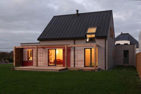 vue extérieure nuit - Maison bois béton par Patrice Bideau - Atypique - France