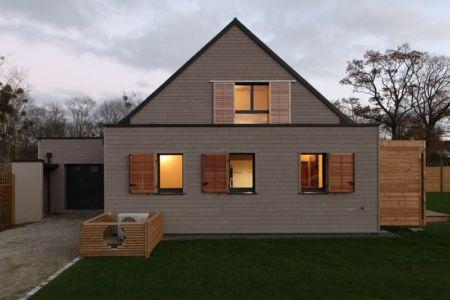 façade garage - Maison bois béton par Patrice Bideau - Atypique - France