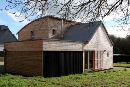 Façade jardin - Maison bois organique par Patrice Bideau, Atypique - Morbihan, France