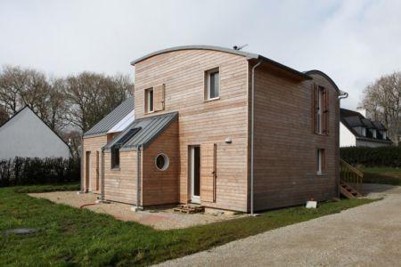 Façade entrée - Maison bois organique par Patrice Bideau, Atypique - Morbihan, France