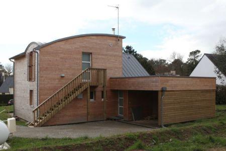 Escalier extérieur & garage - Maison bois organique par Patrice Bideau, Atypique - Morbihan, France