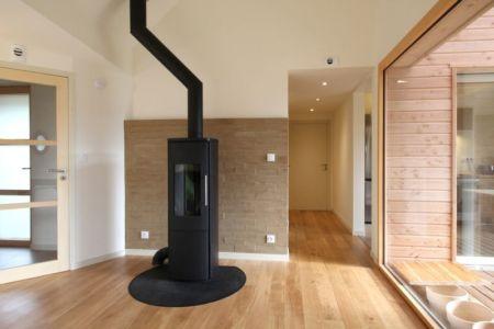 Cheminée design - Maison bois organique par Patrice Bideau, Atypique - Morbihan, France