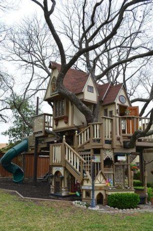 Maison dans les arbres réalisés pour petits enfants des propriétaires à Dalla, Usa par James Curvan
