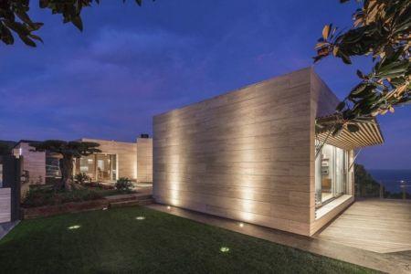 Pelouse Façade - Casa Llorell par dosarquitectes, Costa Brava, Espagne