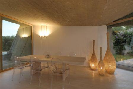 Petit Salon avec Baie Vitée - Maison en béton par Luca Marastoni - Sardaigne, Italie.jpg