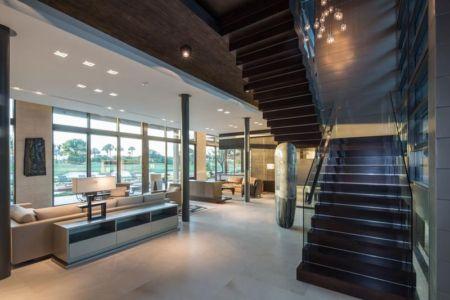 Pièce De Vie Rez De Chaussée & Escalier Accès étage - Ballantrae Court Par Kz Architecture - Floride, USA