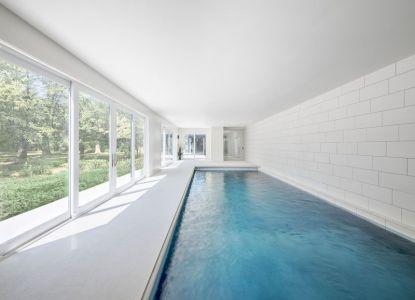 Piscine Intérieure & Grande Baie Vitrée - Bower-House Par Kariouk Associates - Lac Erie, Canada