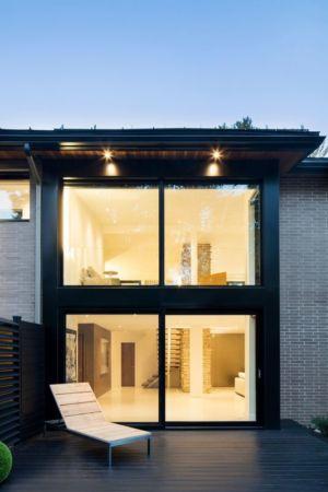 Grande ouverture vitrée illuminée - Résidence du Tour par Architecture Open Form - Québec, Canada