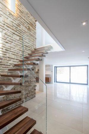 Escalier balustrade vitrée - Résidence du Tour par Architecture Open Form - Québec, Canada