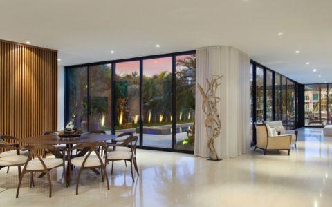 séjour & grande baie vitrée - Miami Beach Home par Luis Bosch - Miami Beach, USA