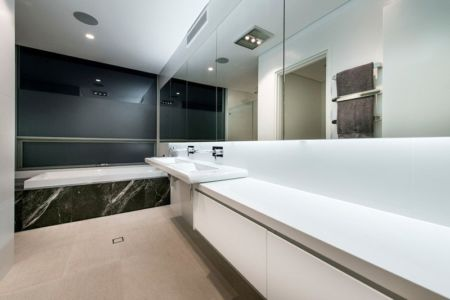 Salle de Bains - City Beach House - par Banham Architects - Perth, Australie.jpg