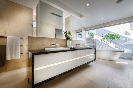 Salle de Bains spacieuse - cottesloe-residence par Custom-Homes - Perth, Australie