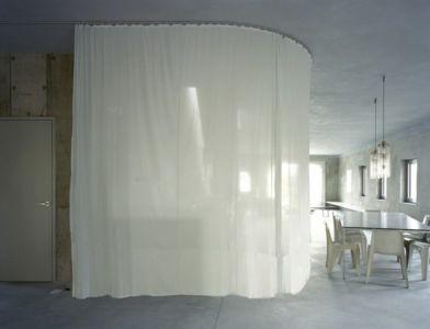 rideau séparation cuisine et séjour - Antivilla par Brandlhuber, Potsdam, Allemagne