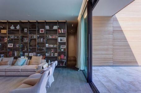 Salon & grande baie vitrée coulissante - Wood-House par Marco Carini - Como, Italie