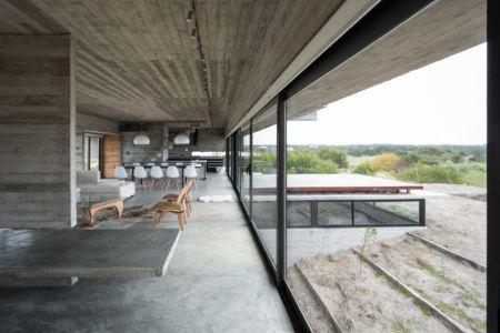 Salon-séjour & vue balcon terrasse bois - House-three-forms par Luciano Kruk - Buenos Aires, Argentine