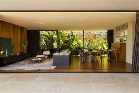 Salon-séjour & Végétation Extérieure - MCNY-House Par Mf Arquitetos - Franca, Bresil
