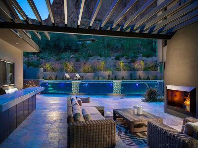 Salon Terrasse Desin & Cheminée Extérieure - Arizona-Contemporary Par Luster Custom Homes - Arizona, USA