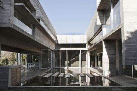U sur piscine - Torcuato House par BAK arquitectos - Buenos Aires Province, Argentine