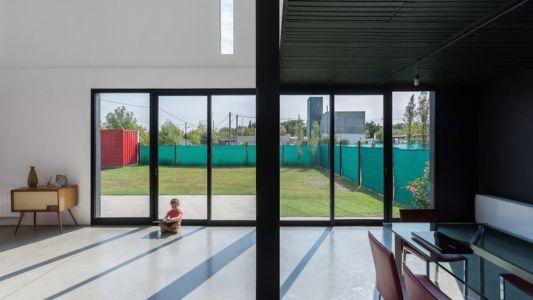 Vitrage entrée salon - Container House par Schreibe Architect - Cordoba, Argentine.jpg