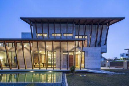 Vue d'ensemble illuminée - Sepang-House par Eleena Jamil Architect - Sepang, Malaisie
