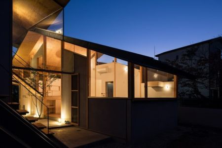 Vue intérieur illuminé - Eaves-House par Y Plus M Design - Kyoto, Japon