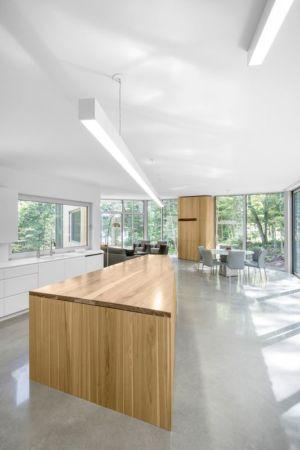 îlot central cuisine - Maison du Lac Grenier par Paul Bernier Architecte - Estérel, Canada